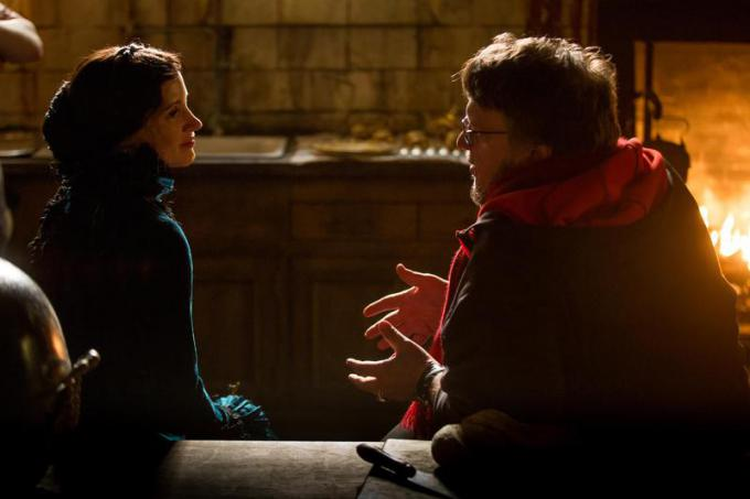 JESSICA CHASTAIN (Lady Lucille Sharpe) e il regista GUILLERMO DEL TORO sul set di Crimson Peak. Credit: Kerry Hayes