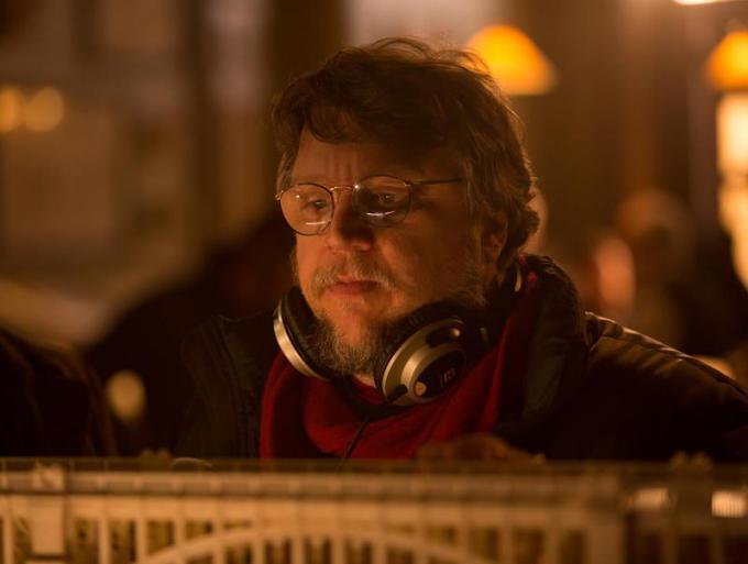 Guillermo del Toro sul set di Crimson Peak. Credit: Kerry Hayes
