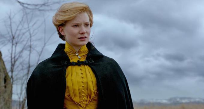 MIA WASIKOWSKA è Edith Cushing in Crimson Peak. Credit: Legendary Pictures and Universal Pictures