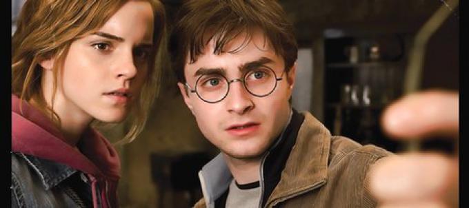 Harry (Daniel Radcliffe) e Hermione (Emma Watson) mentre osservano un frammento dello specchio magico.