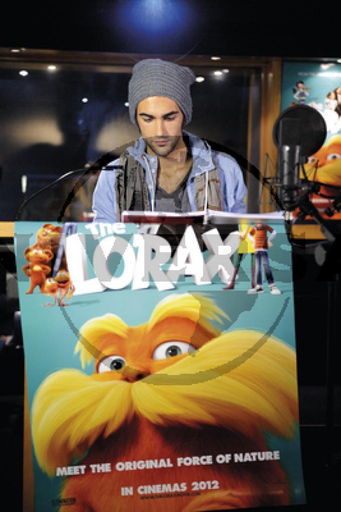 Marco Mengoni con il poster di Lorax 1