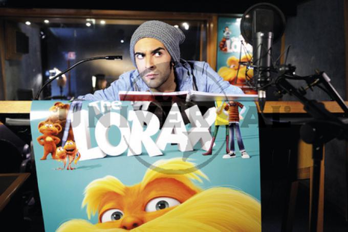 Marco Mengoni con il poster di Lorax 2