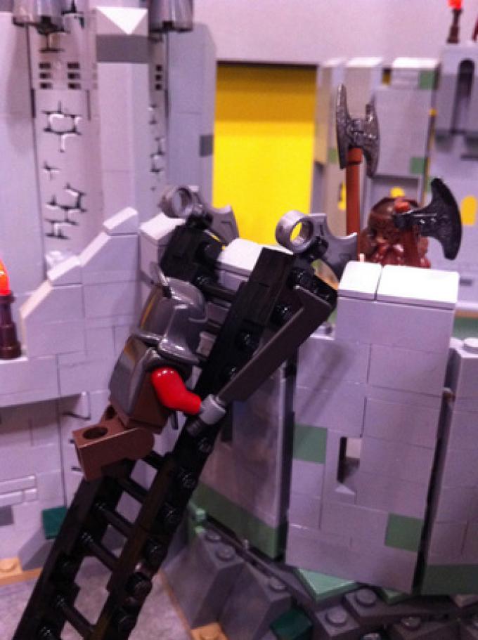 Altro particolare del set del Fosso di Helm. Un orco all'attacco delle mura!