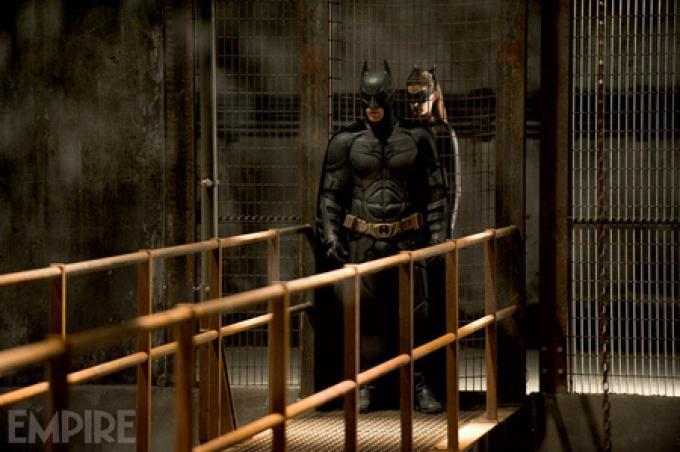 Foto ufficiale da Empire - Batman (Christian Bale) e Catwoman (Anne Hathaway)