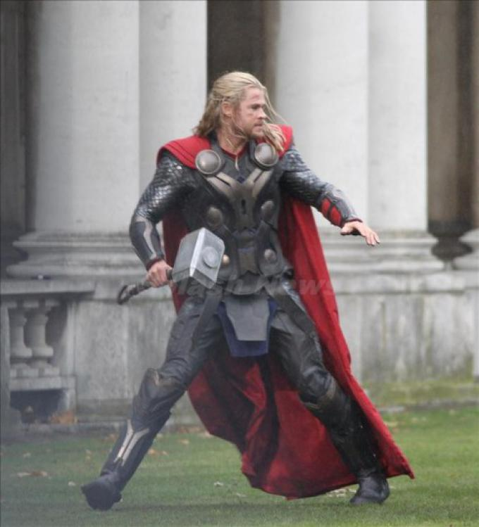 Chris Hemsworth sul set di Thor: The Dark World