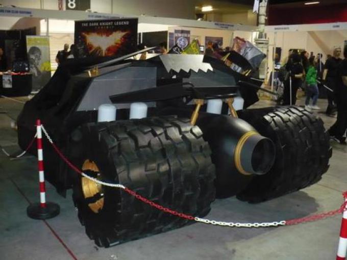 Riproduzione della Batmobile in Batman: The Dark Knight (tenuta nell'area fantascienza)