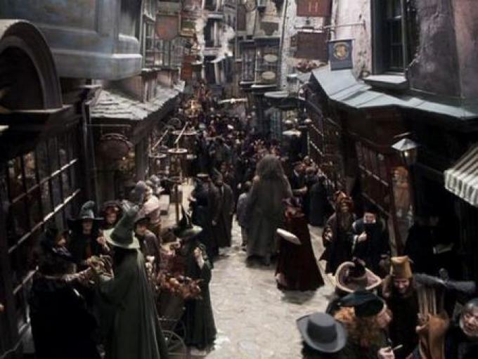 Accompagnato da Hagrid, Harry scopre il mondo dei maghi e tutte le sue stranezze