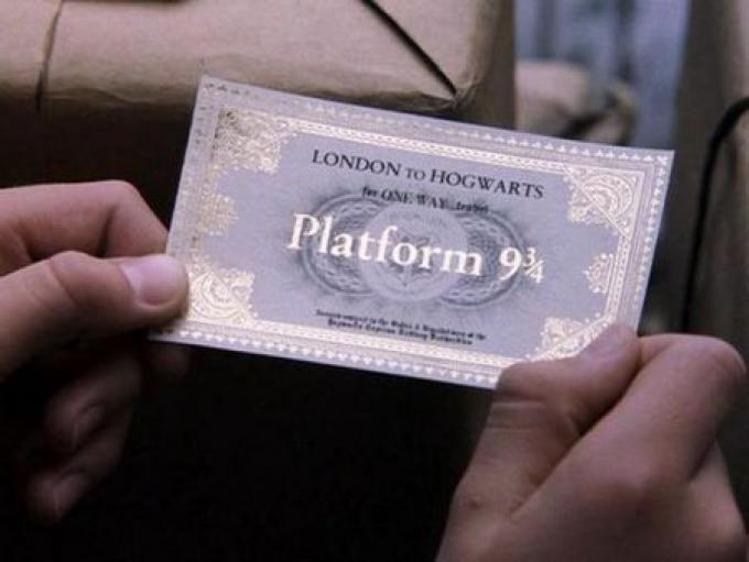 Alla fine dell'estate, comprato tutto il necessario per il nuovo anno scolastico, Harry si reca alla stazione di King's Cross per prendere, dal binario 9 e 3/4 l'Espresso per Hogwarts