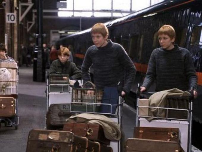 Alla stazione Harry fa la conoscenza della famiglia Weasley e dei futuri compagni di scuola, Ron e i gemelli Fred e George