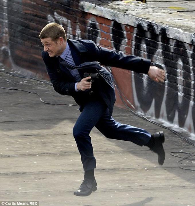 Il detective Gordon (Ben McKenzie) del dipartimento di polizia di Gotham City