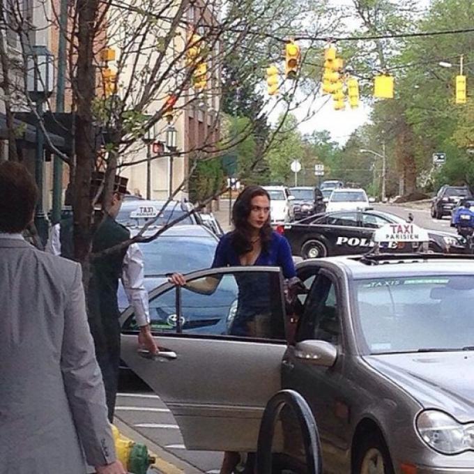 Gal Gadot (Diana Prince/Wonder Woman) durante le riprese di una scena a Birmingham, sobborgo di Detroit