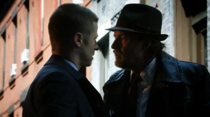 Il detective James Gordon (Ben McKenzie, a sinistra) e il detective Harvey Bullock (Donal Logue, a destra)