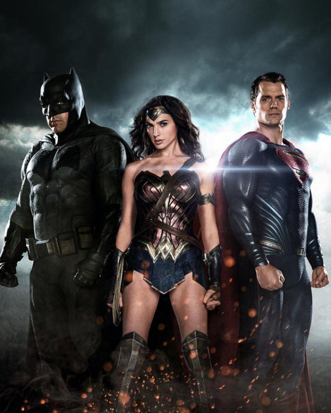 La fotografia in copertina, da sinistra a destra: Batman (Ben Affleck), Wonder Woman (Gal Gadot) e Superman (Henry Cavill)