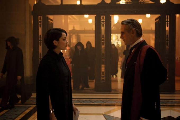 Jeremy Irons e Marion Cotillard in Assassin's Creed