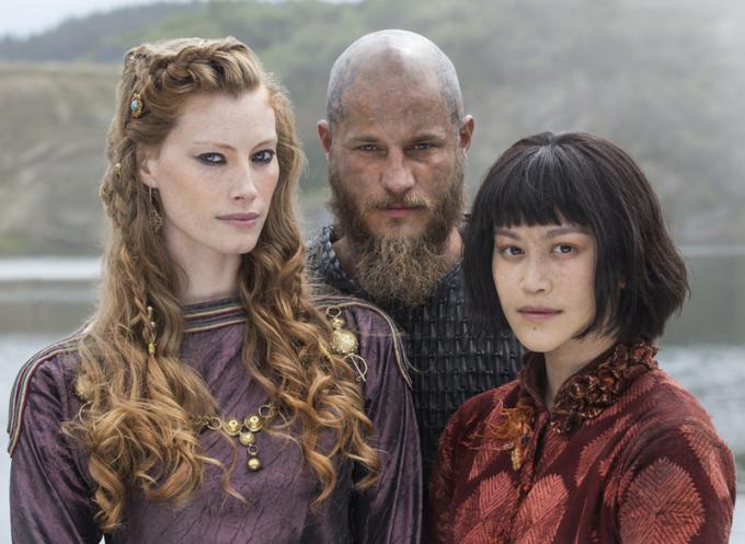 Alyssa Sutherland (Aslaug), Travis Fimmel (Ragnar) e Dianne Doan (Yidu)