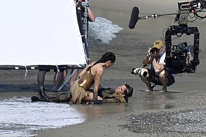 Diana Prince/Wonder Woman (Gal Gadot) e Steve Trevor (Chris Pine)