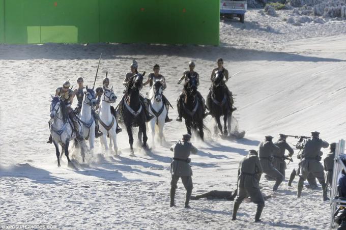 Scena di battaglia tra Amazzoni a cavallo e un gruppo di soldati della Prima guerra mondiale