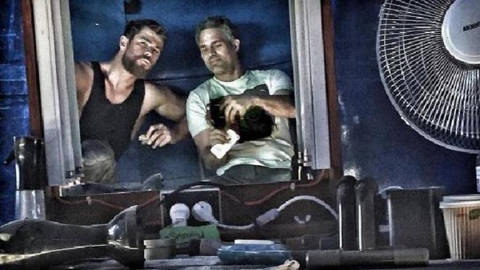 Chris Hemsworth e Mark Ruffalo sul set di Thor: Ragnarok (Fonte Instagram)