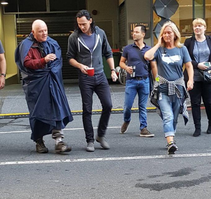 Tom Loki Hiddleston e Anthony Odino Hopkins