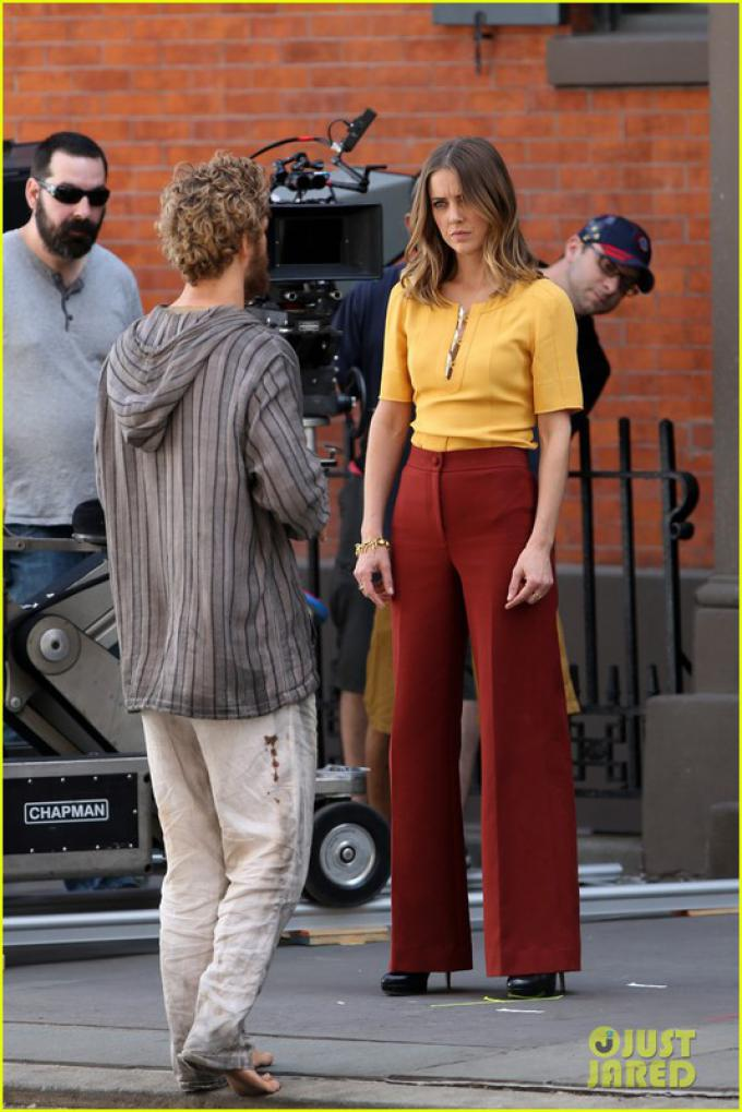 Finn Jones e Jessica Stroup sul set di Iron Fist
