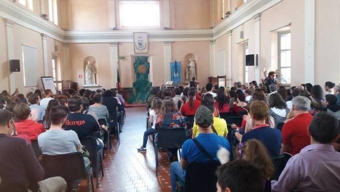 Grande pubblico interessato durante una conferenza sui draghi. (Edizione 2017)