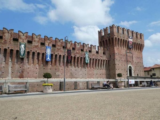 Il castello di Galliate si addobba con i vessilli delle principali fazioni della Terra di Mezzo, a Un Viaggio nella Terra di Mezzo.
