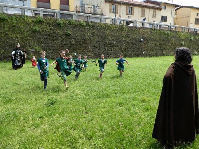 """Il giovane esercito esegue una carica al grido: """"Per Gondor!"""", a Un Viaggio nella Terra di Mezzo."""