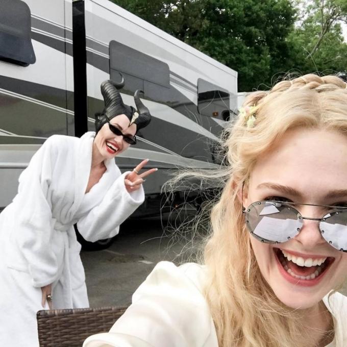 Elle Fanning e Angelina Jolie sul set di Maleficent II
