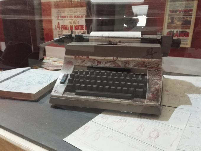 """La macchina per scrivere sulla quale Gianluigi Bonelli """"pestava a mille all'ora sui tasti"""" durante la creazione delle proprie storie alla mostra Tex. 70 anni di un mito."""