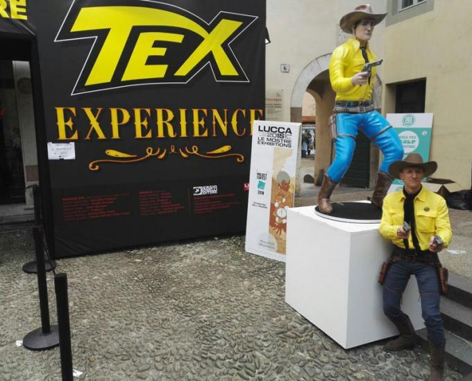 Un cosplayer di fronte alla statua di Aquila della Notte alla Tex Experience a Lucca Comics & Games.