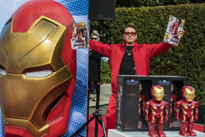 Le star di Avengers: Endgame Robert Downey Jr., Chris Hemsworth, Scarlett Johansson, Jeremy Renner, Paul Rudd e Brie Larson insieme al Disney California Adventure Park. © 2019 Disney Enterprises.