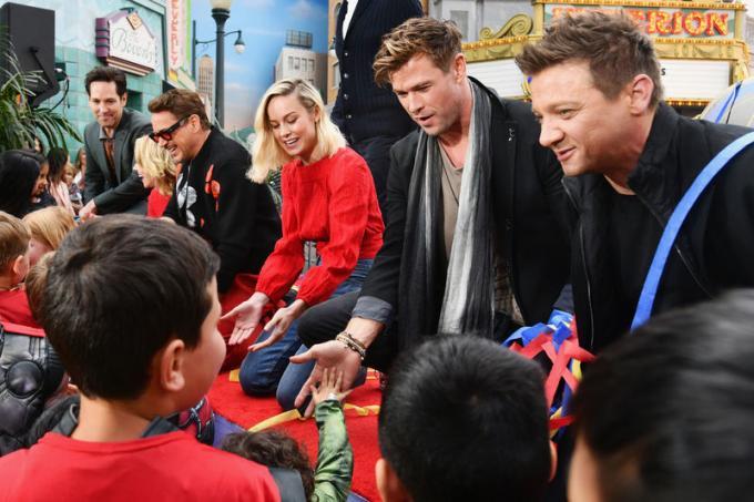 Le star di Avengers: Endgame Robert Downey Jr., Chris Hemsworth, Scarlett Johansson, Jeremy Renner, Paul Rudd e Brie Larson insieme al Disney California Adventure Park. © 2019 Disney Enterprises.