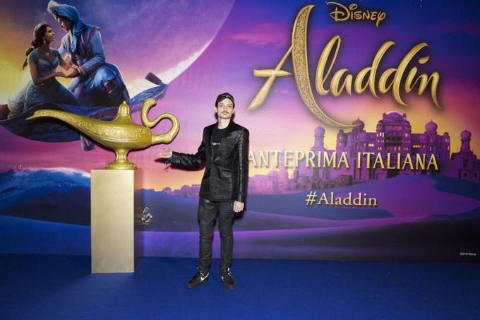 Fabio Rovazzi all'anteprima di Aladdin a Milano.