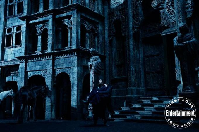 Lan (Daniel Henney) e Moiraine (Rosamund Pike)